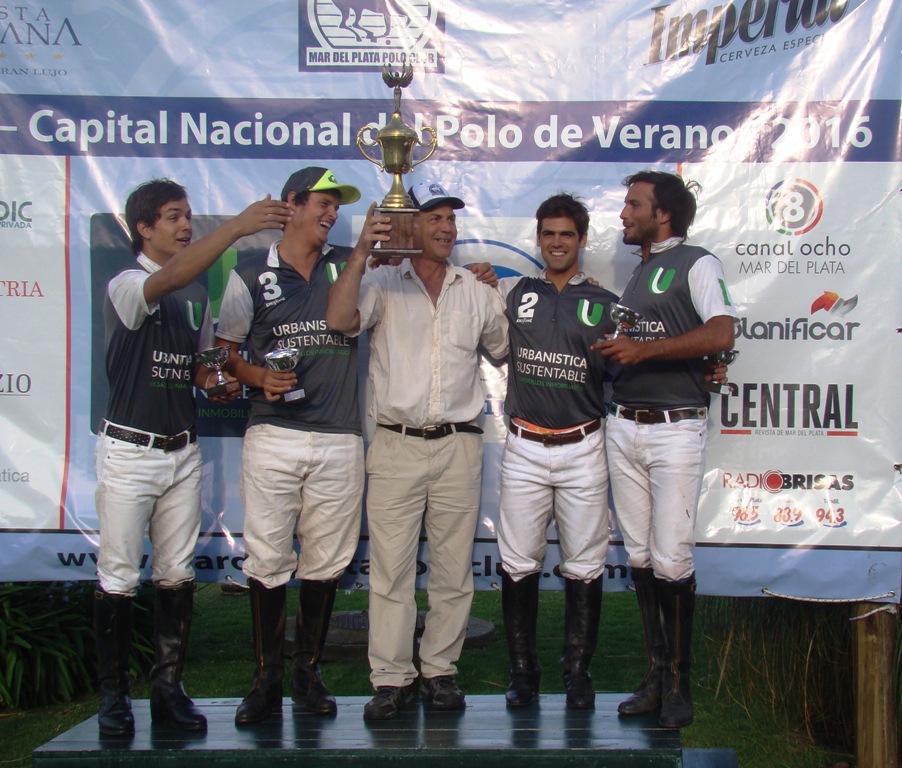 Los ganadores de la Copa de Oro con el trofeo en alto.