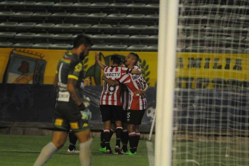 Estudiantes festeja el gol de Cavallaro. (Foto: Olé)
