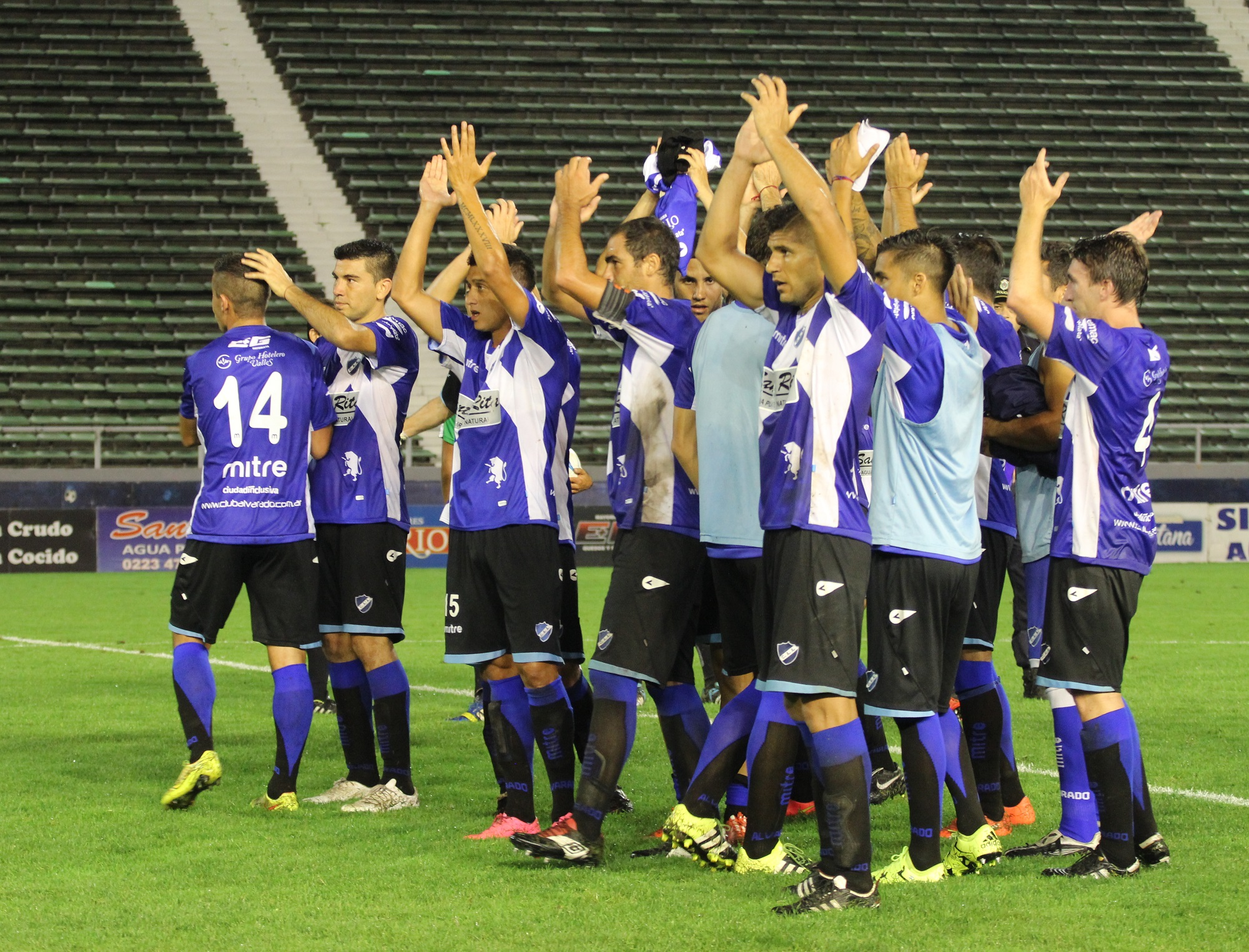 El plantel agradece al público el apoyo una vez consumada la victoria. (Foto. María Florencia Arroyos/Alva Prensa)