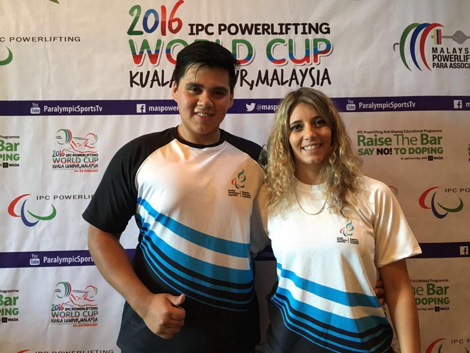Lucas Gareca luego de la competencia con su entrenadora, Sofía Cadona. (Foto: Facebook)