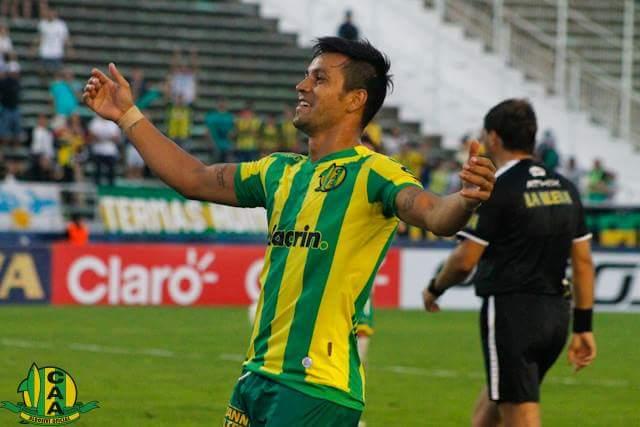 HACE TODO. Gastón Díaz, además de patear penales y jugar por ambas bandas de la defensa, también podría ser el volante central del equipo. (Foto: Sergio Biale)