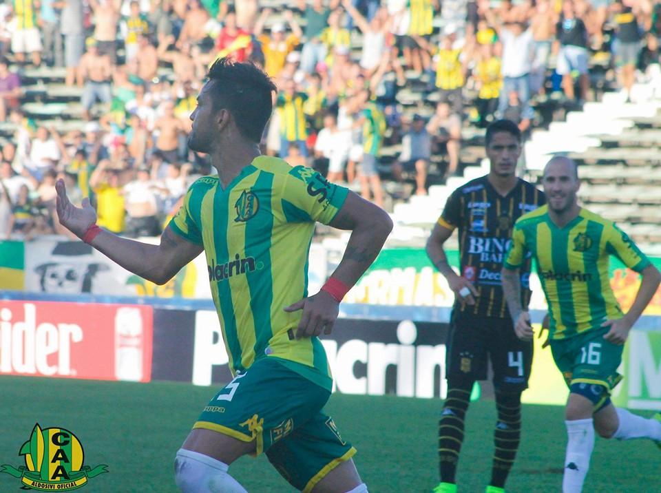 Gastón Díaz celebra el primer gol del partido, después de ejecutar el penal. Foto: Club Aldosivi)