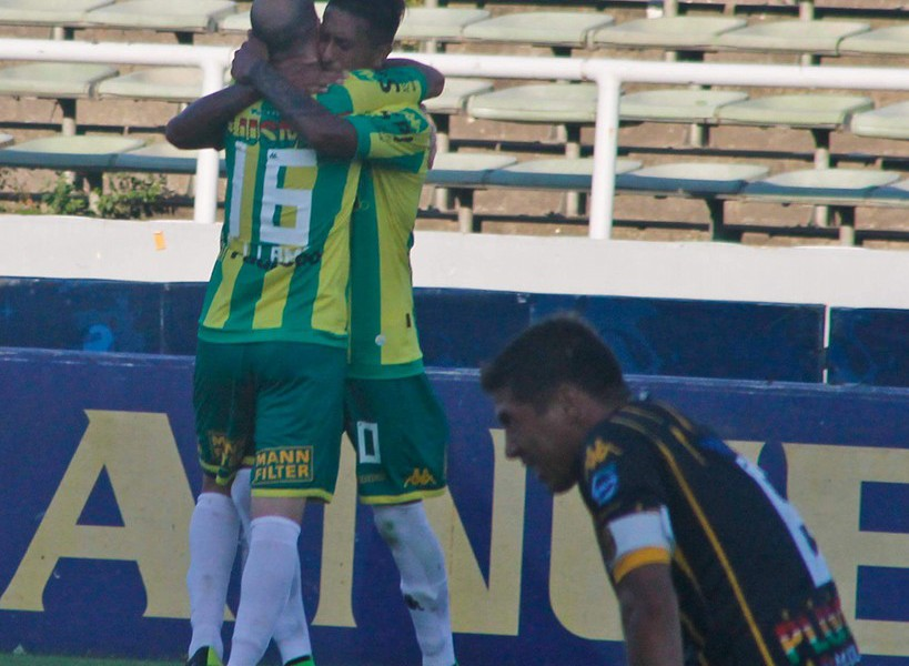 Santiago Rosales y Cristian Llama abrazados después del gol del juvenil. (Foto: Club Aldosivi)