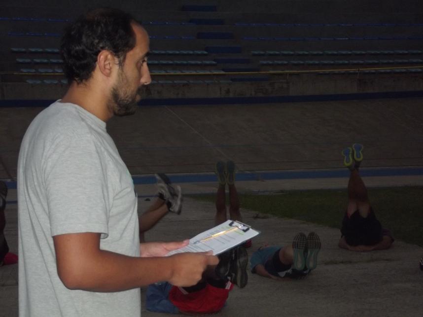 El profesor Gustavo Cuello comandando las actividades físicas. (Foto: Prensa MDQ 06 HC)