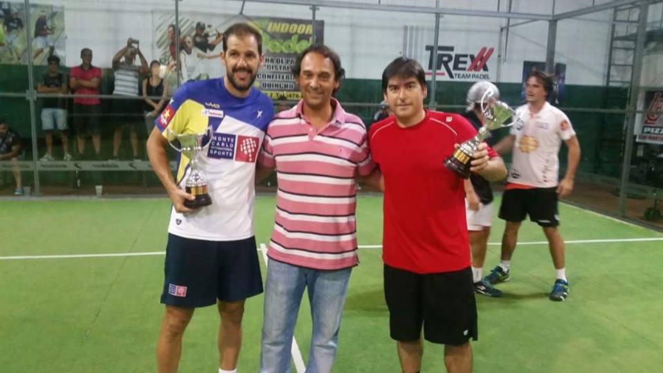 Juan Martín Díaz y Cristian Gutiérrez posan con los trofeos obtenidos junto con Damián Diez.