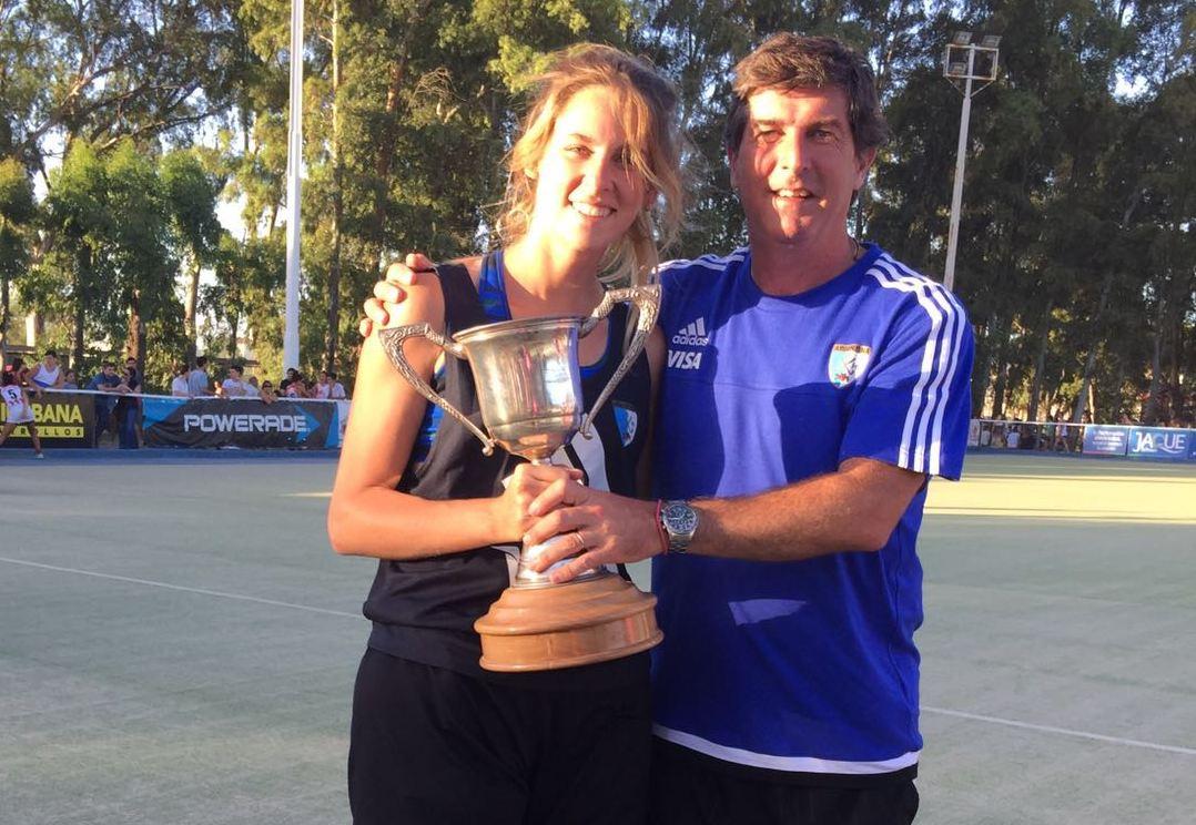 Macarena Losada y Carlos Muñoz sosteniendo la copa de campeones.
