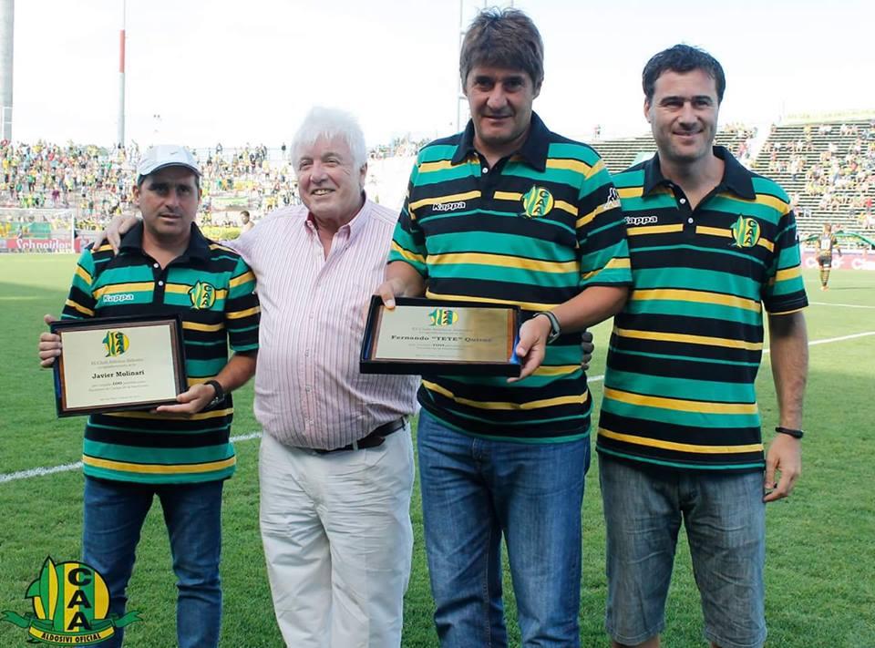 Fernando Quiroz y su cuerpo técnico recibiendo un reconocimiento por los 100 partidos al frente del plantel. (Foto: Club Aldosivi)