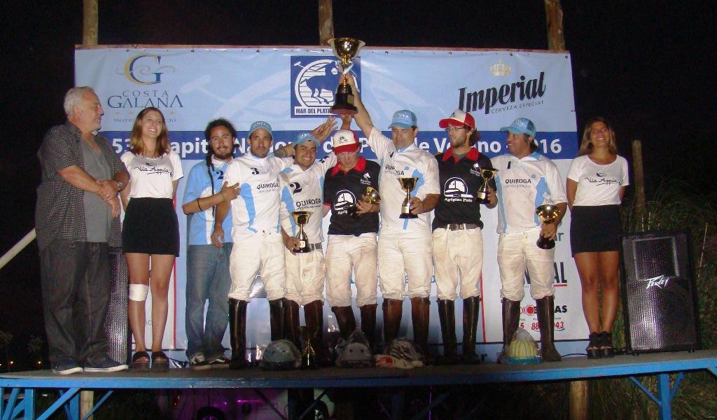 Los campeones alzan la copa del Abierto.