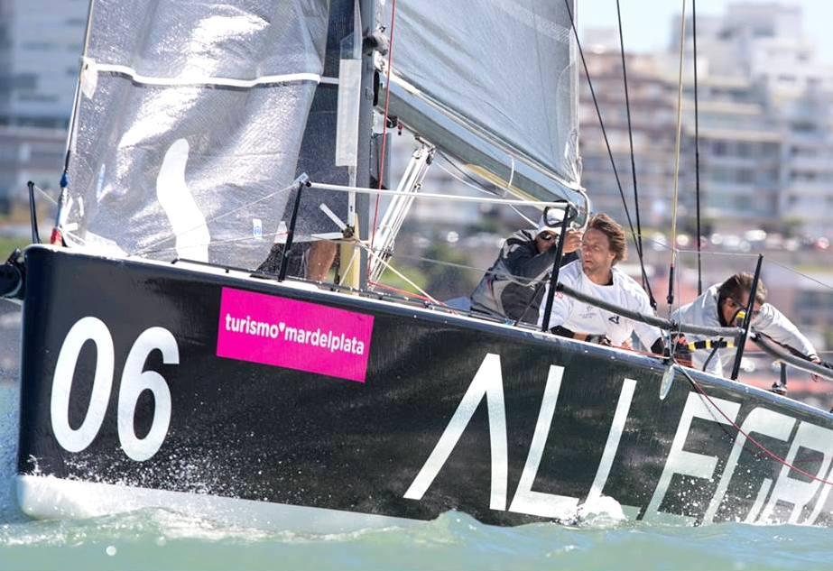 El Allegro en acción sobre las aguas marplatenses.