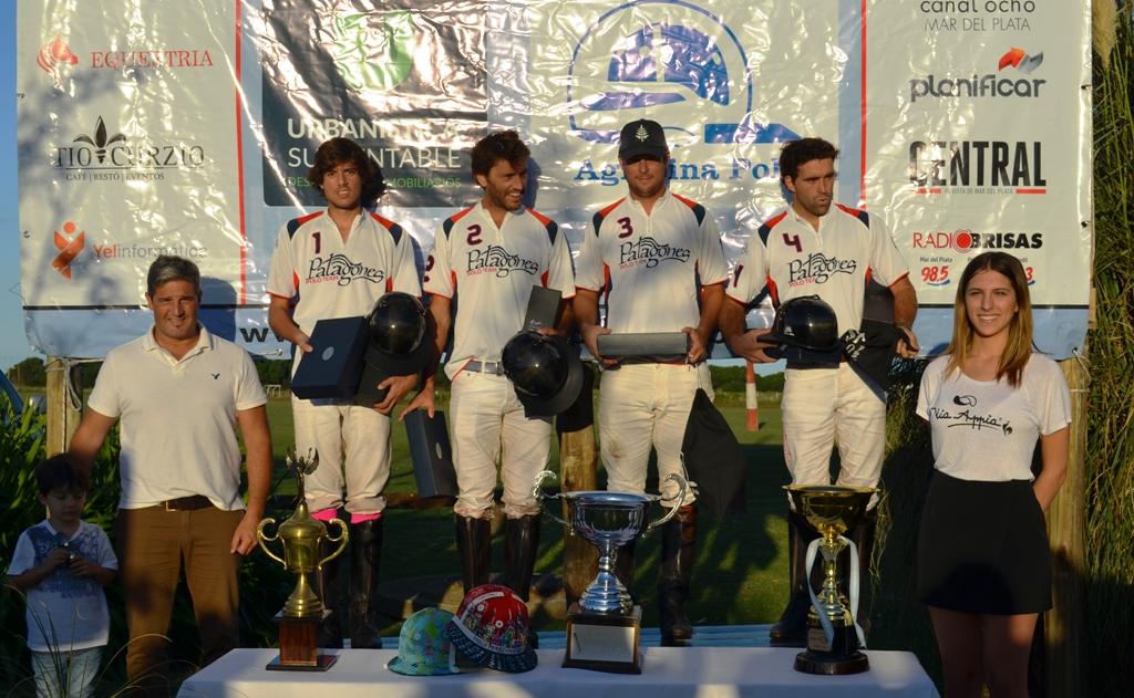 Los campeones posando con su trofeo.