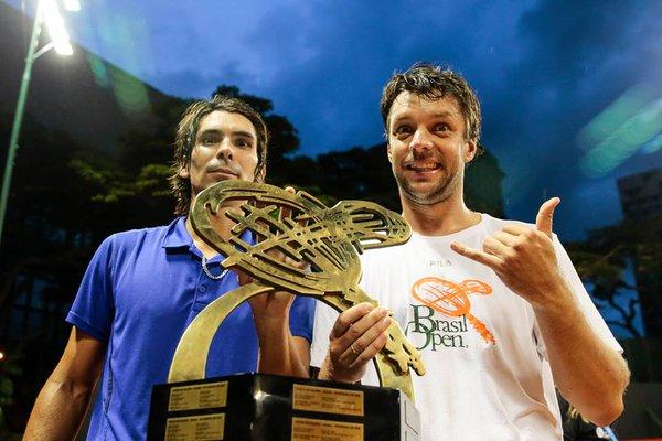 Zeballos y Peralta posan con el trofeo obtenido en San Pablo.