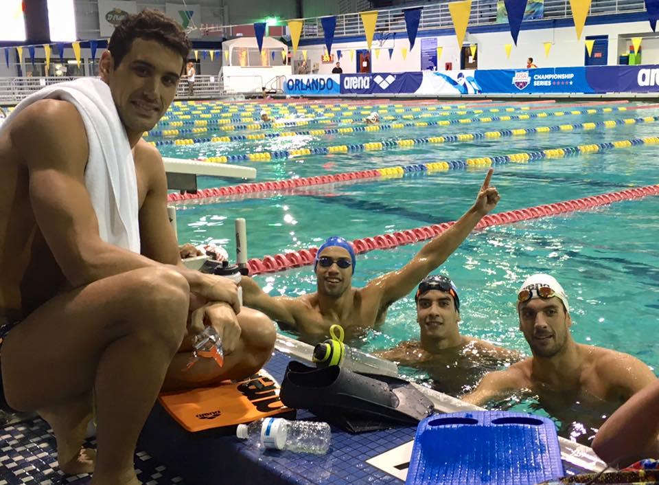 Guido Buscaglia dentro de la pileta en USA con Lautaro Rodríguez y Federico Grabich. (Foto: Facebook)