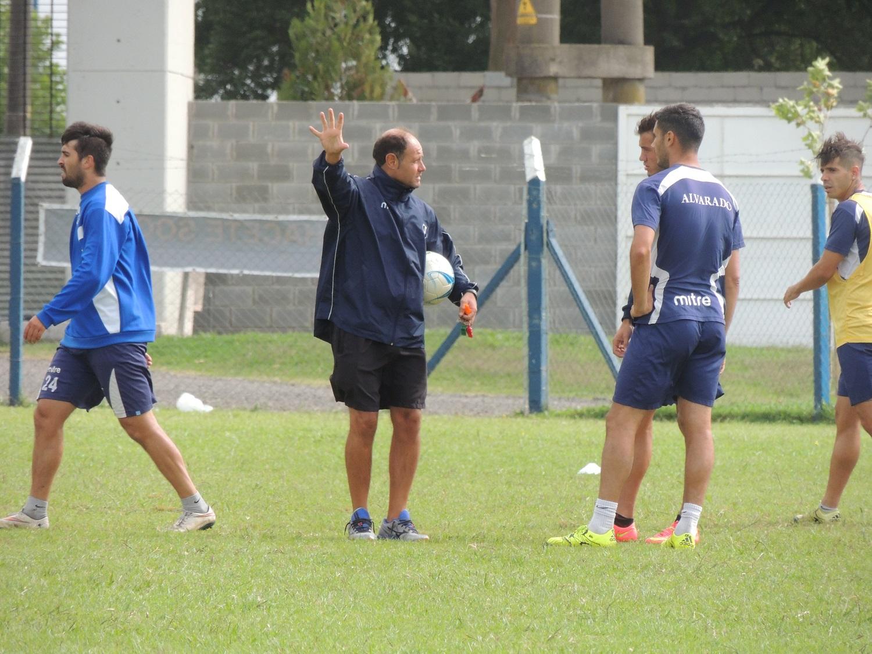 Duilio Botella dirigiendo la práctica de Alvarado. (Foto: Prensa Alvarado)