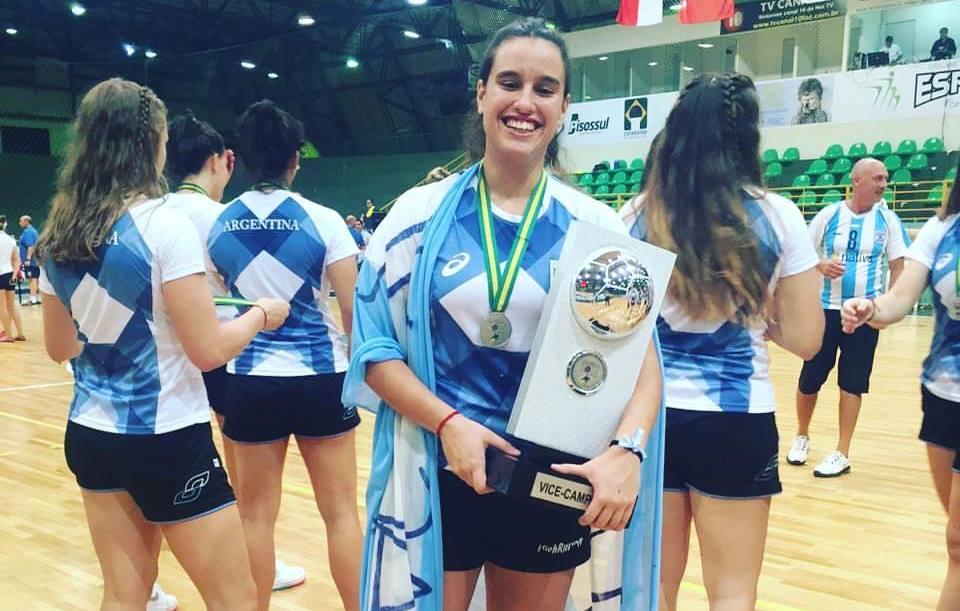 Guadalupe Larralde con el trofeo obtenido en Foz de Iguazú.