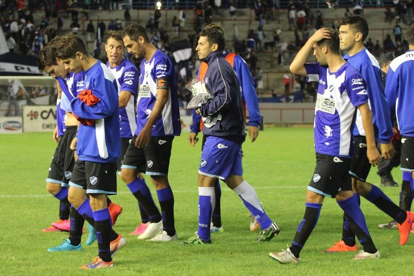 En la salida de los jugadores, el capitán Ramiro Jorge. (Foto: María Florencia Arroyos/ Prensa Alvarado)