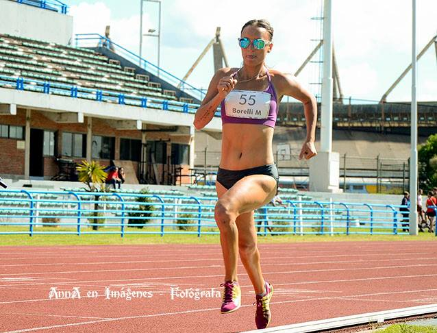Mariana Borelli en competencia por los 800 metros.