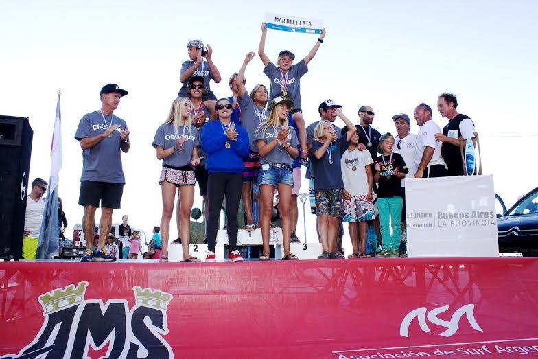 Mar del Plata recibiendo su trofeo de campeón. (Foto: ASA)