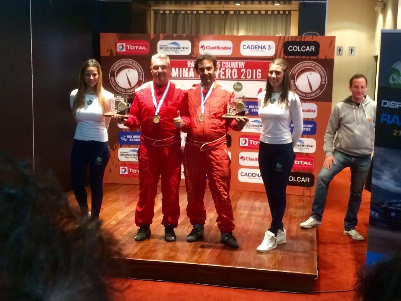 Omar Gándara y Mayco Martínez con el premio recibido.