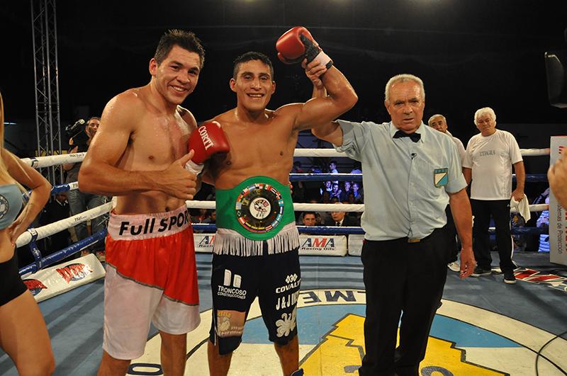 César Reynoso con el cinturón puesto junto a Elio Trosch y el árbitro Basile. (Foto: OFR Promotions)