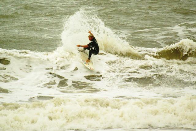 Leandro Usuna maniobrando en las olas de Mar del Plata.