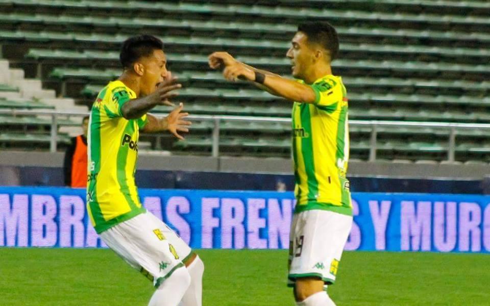 Santiago Rosales celebra su gol con Martín Rivero. (Foto: Sergio Biale - Club Aldosivi)