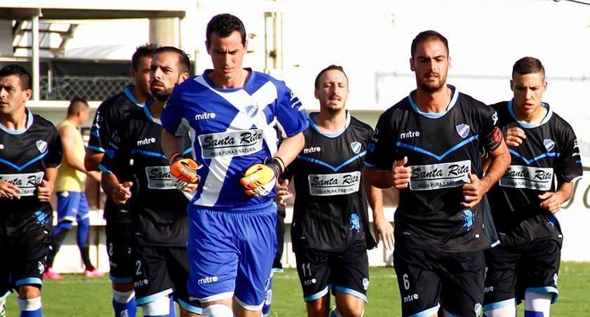 El equipo de Alvarado ingresando en Villa Ramallo. (Foto: Prensa Def. de Belgrano)