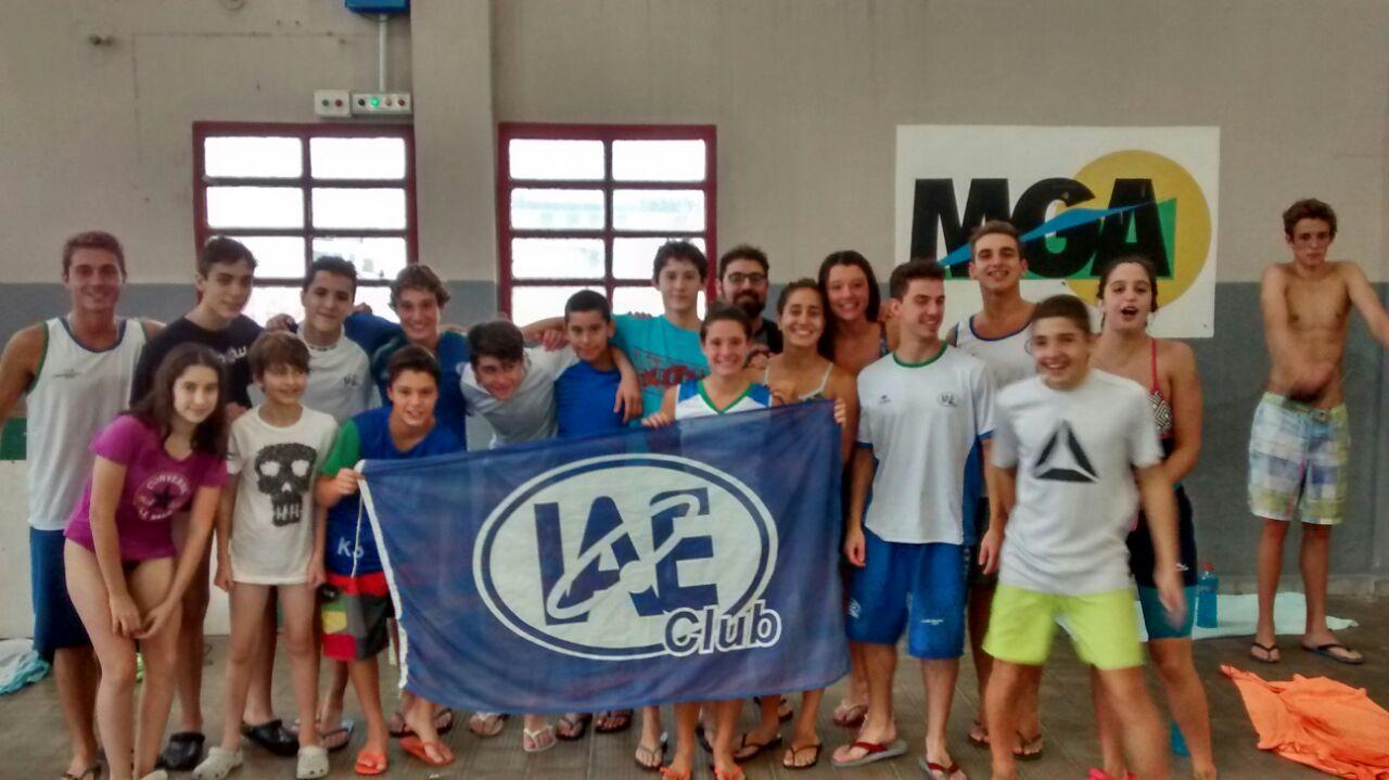 El equipo de nadadores promocionales de IAE Club que se presentó en Miramar.