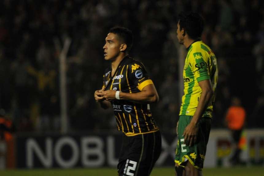 Gaona Lugo celebra el gol que abrió el partido.