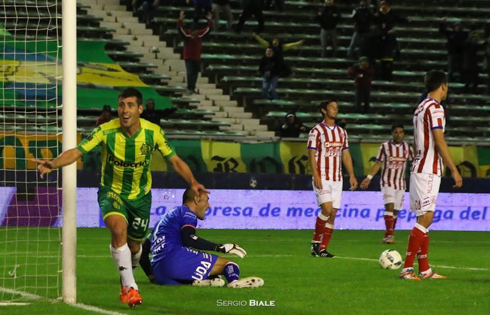 El festejo de Penco en la apertura del marcador. (Foto: Sergio Biale)