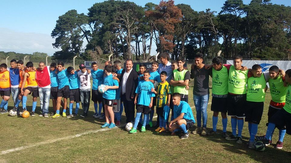 De traje en medio de los chicos, Fabián Messina, junto con Quiroz, Botella y jugadores de ambos clubes. (Foto: Gentileza de Javier de Acevedo Ramos)
