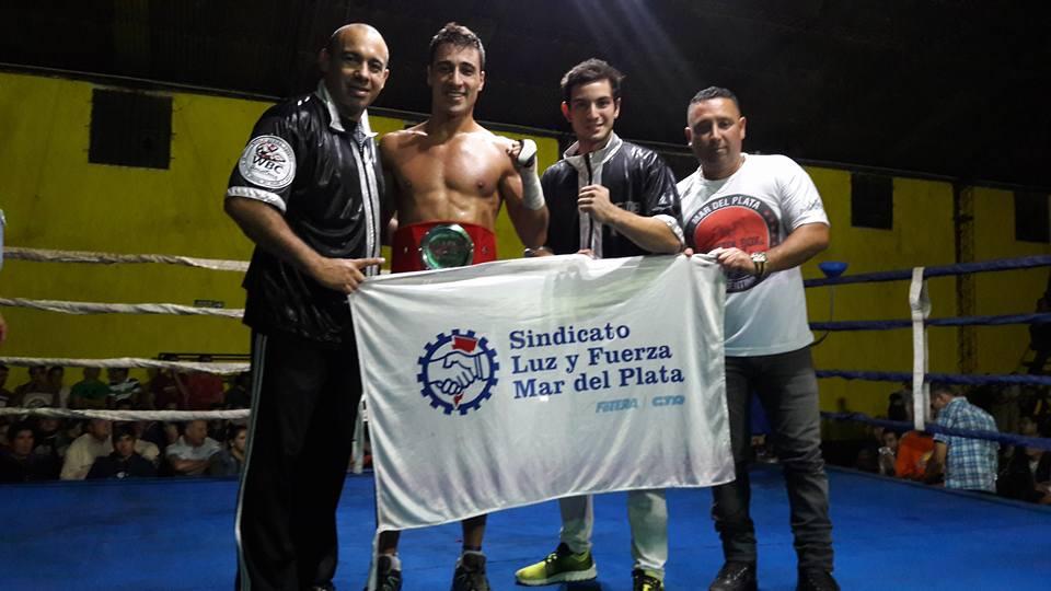 Tupac Novillo luciendo su cinturón de Campeón Bonaerense junto con su rincón y Mauricio Doval de Bristol Box Combat. (Foto: Facebook)