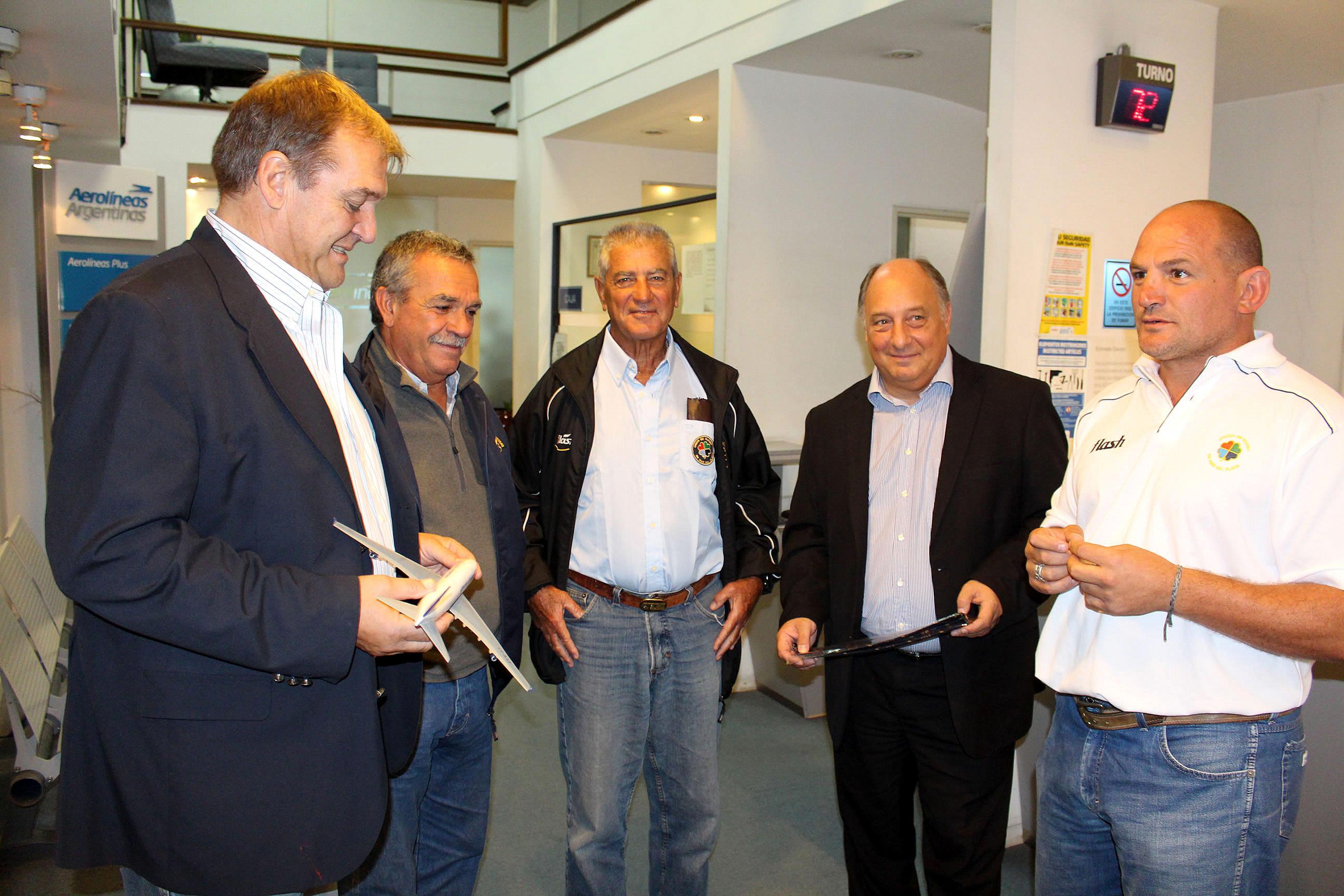 El acuerdo se rubricó entre la URMDP y el gerente de Aerolíneas Argentinas en Mar del Plata. (Foto: Prensa URMDP)