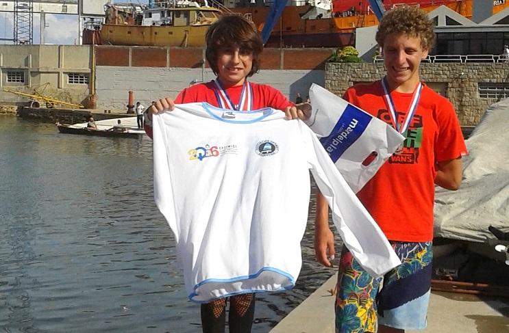 Rocco Racippi en el podio luciendo sus premios.