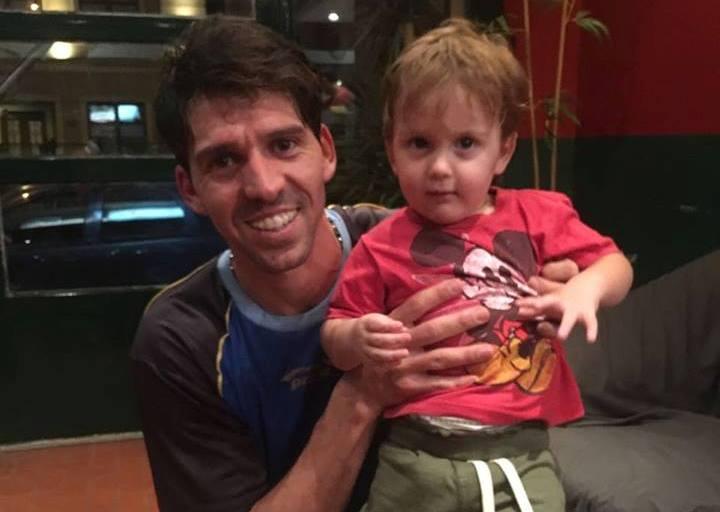 Matías Valenzuela junto a su hijo luego de ganar el partido.