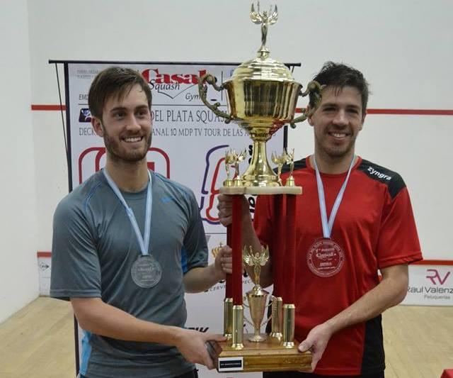Robertino Pezzota y Leandro Romiglio con el trofeo en juego.