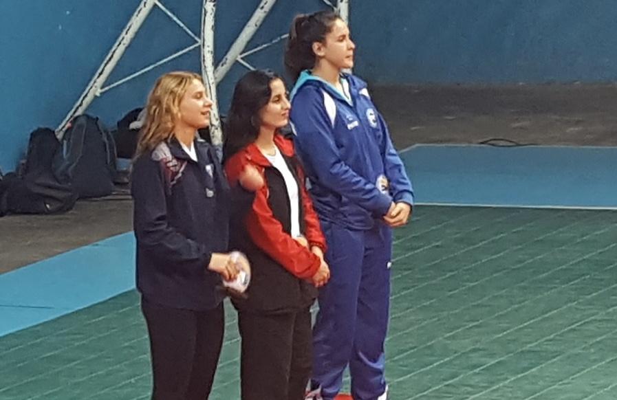 Azul Benítez con su premio de mejor armadora del torneo.