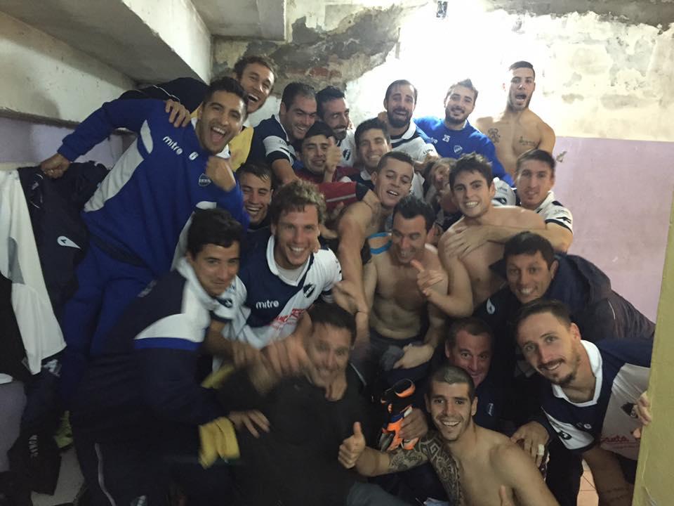 Los jugadores de Alvarado en el vestuario celebrando la clasificación. (Foto: Facebook)