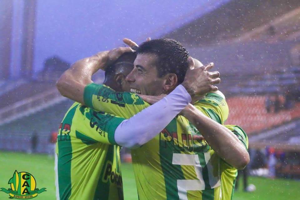 Penco celebra su gol en el Minella bajo la lluvia. (Foto: Sergio Biale)
