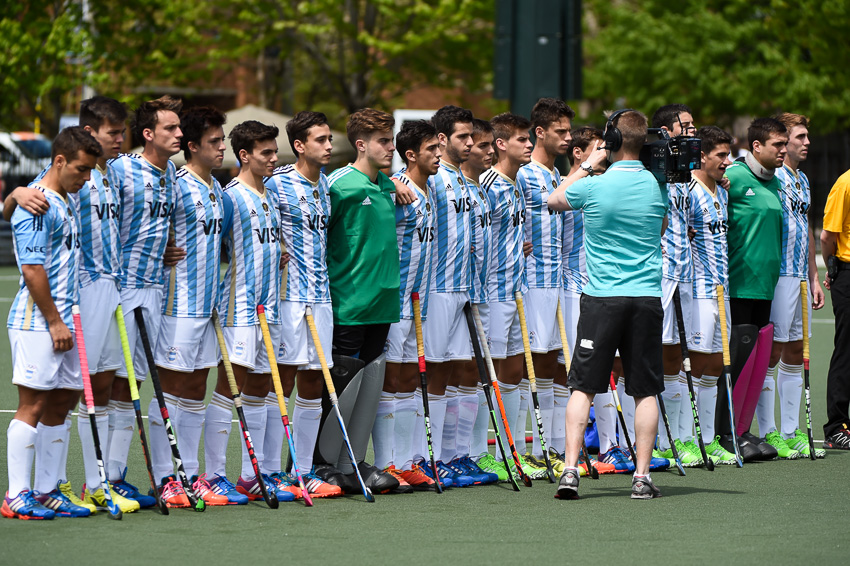 El equipo argentino cantando el himno antes del inicio del partido.
