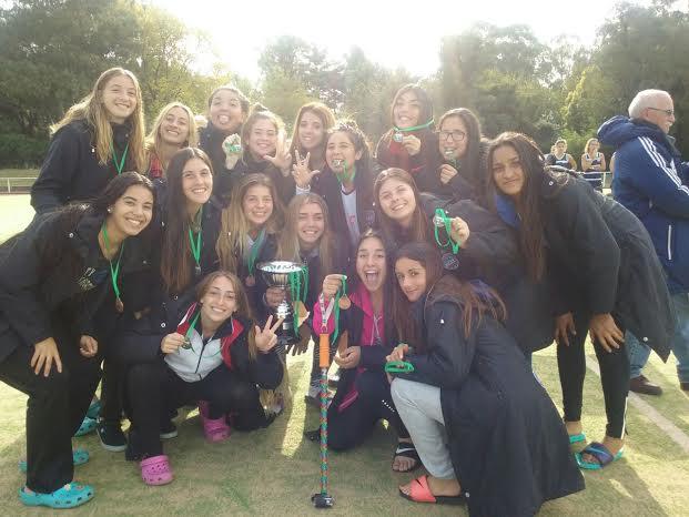 El equipo de River posando con la copa y las medallas obtenidas.