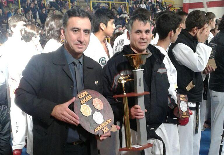 Alejandro Yapuncic posando con la Copa AKAM.