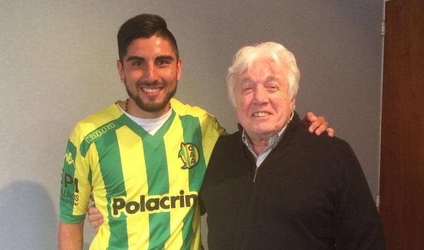 Alan Alegre con la camiseta de Aldosivi y el presidente José Moscuzza. (Foto: Club Aldosivi)