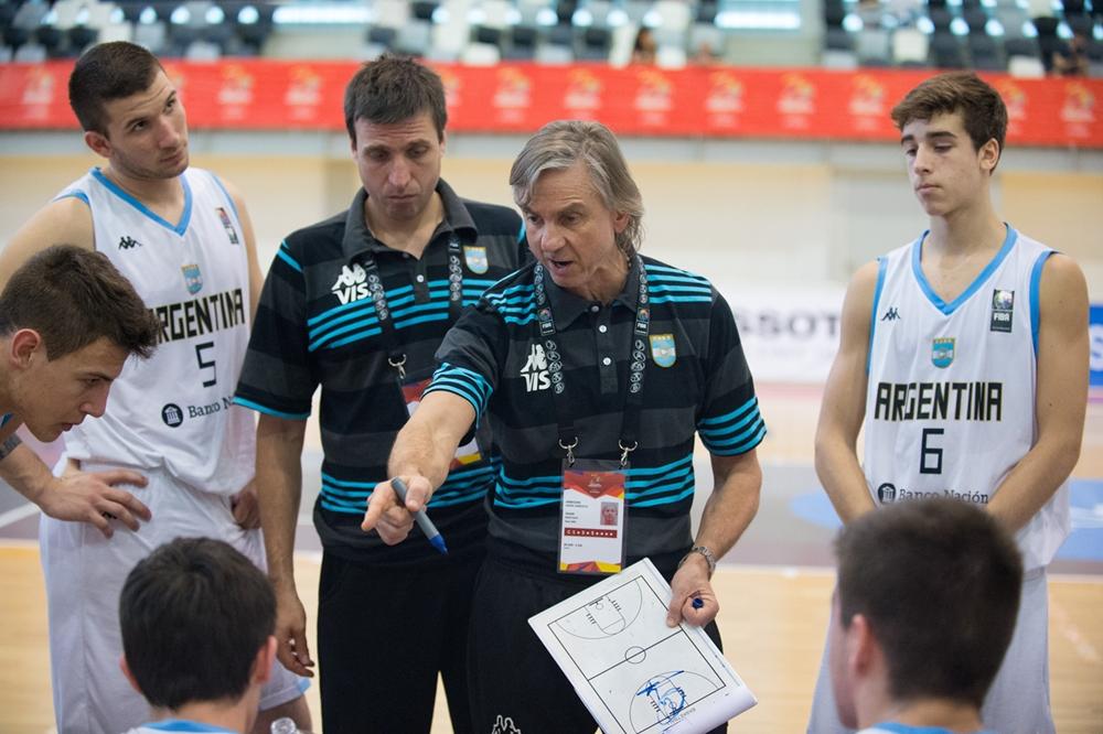 Arrigoni en uno de los minutos del equipo. (Foto: FIBA)