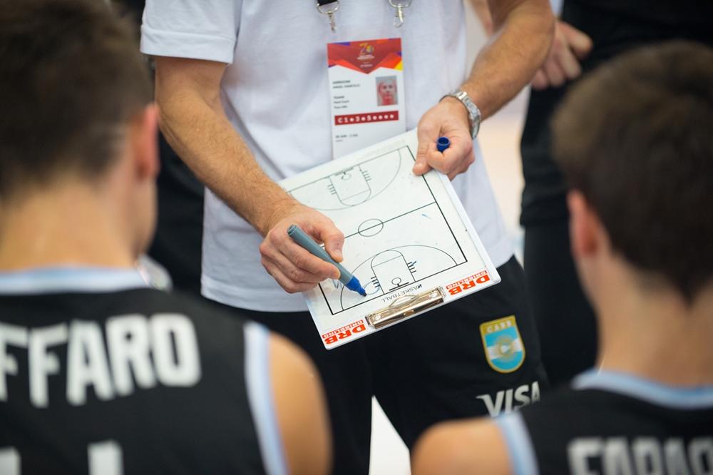 Arrigoni brindando la charla en uno de los minutos argentinos. (Foto: FIBA)