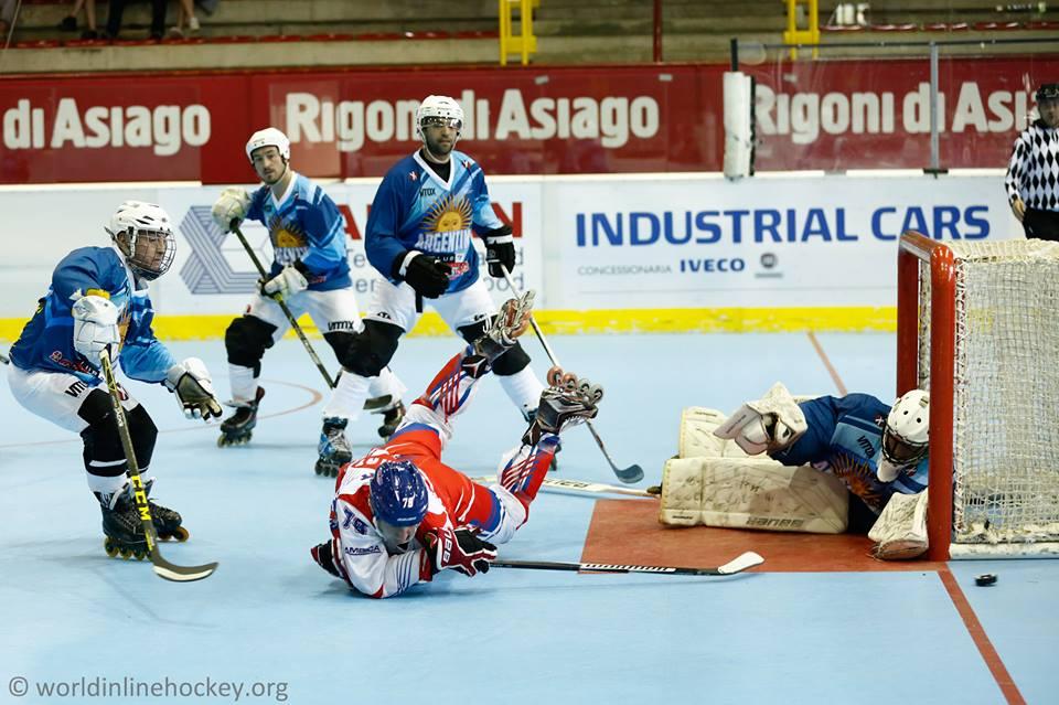 El equipo argentino defendiendo ante República Checa. (Foto: FIH)