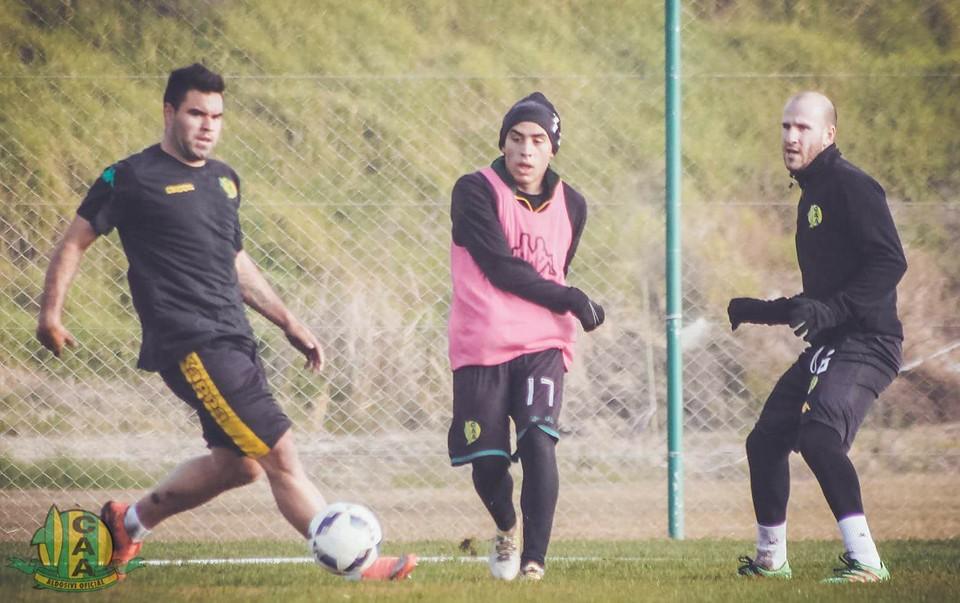 Correa (el primero de la izquierda) en la práctica de hoy. (Foto: Club Aldosivi - Sergio Biale)