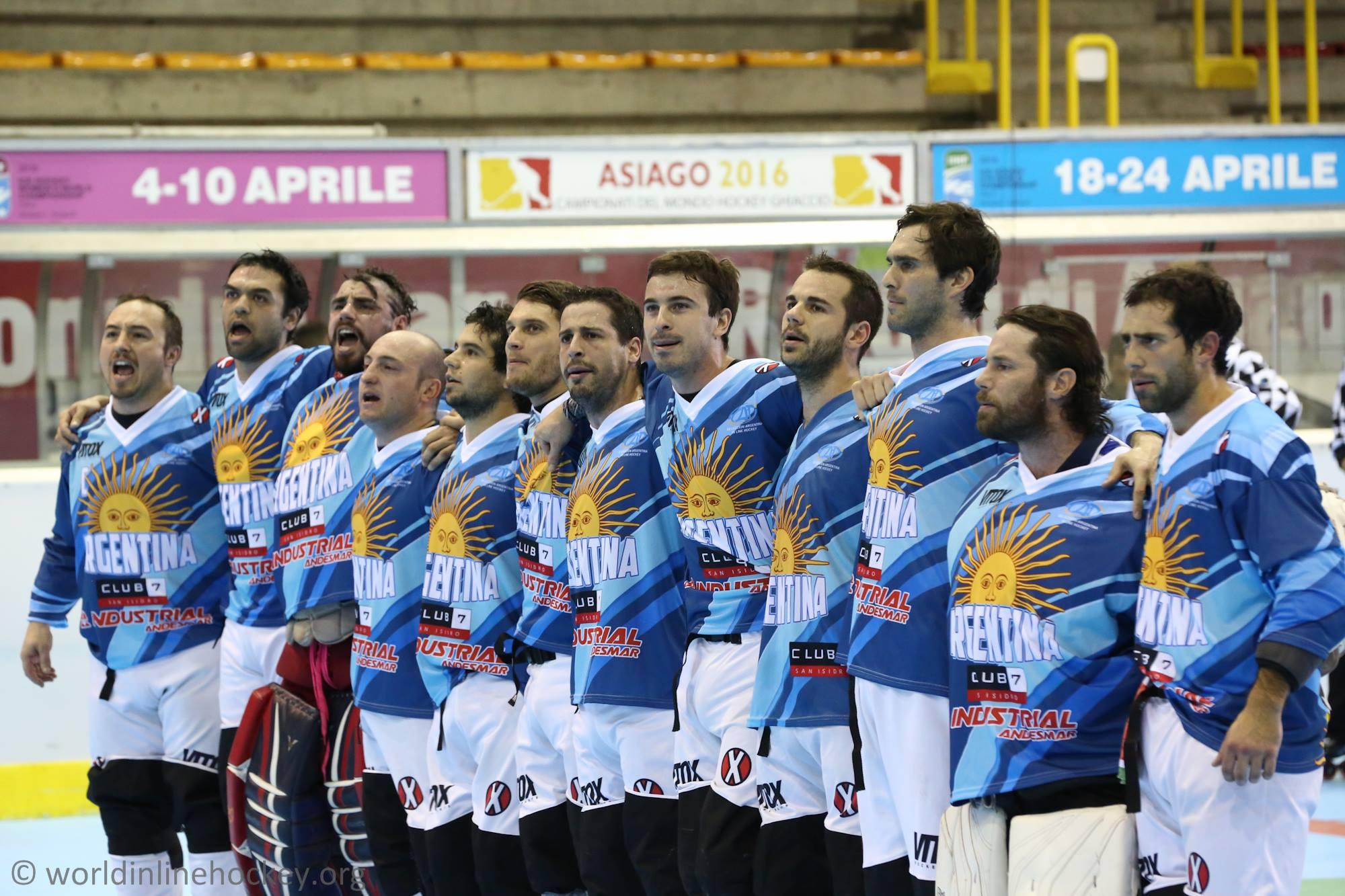 El equipo nacional encabezado de derecha a izquierda por Cristian Guzmán antes del partido de hoy.