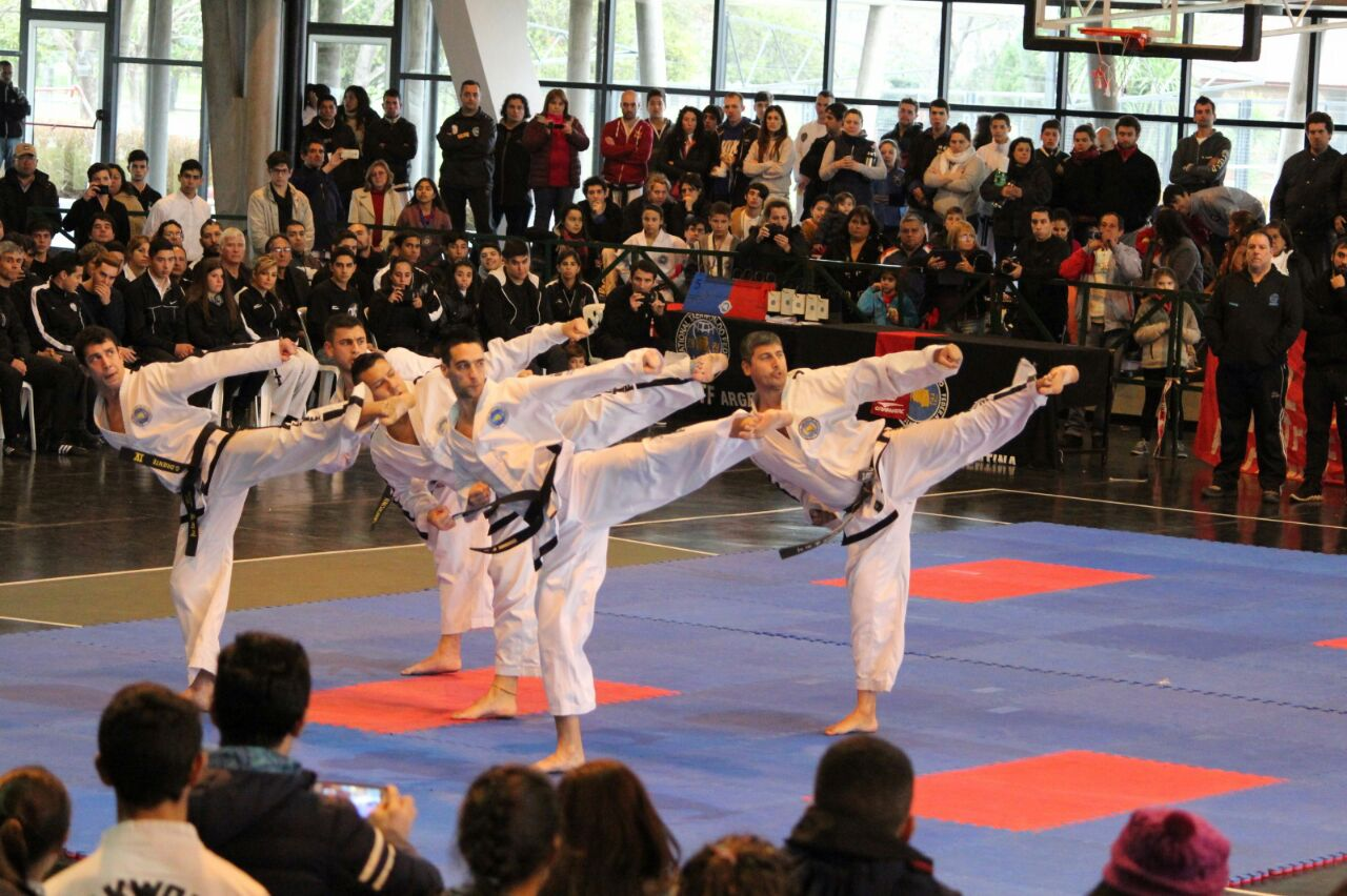 Los competidores de la Academia Yapuncic en plena competencia.
