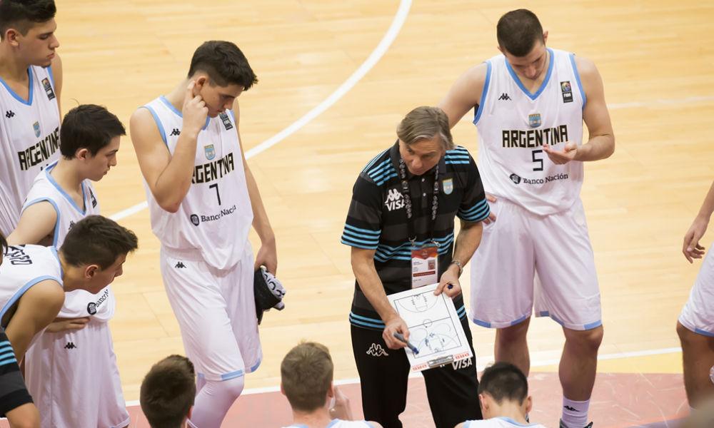 Juan De La Fuente (con la 7) al lado de Arrigoni, el DT del equipo nacional. (Foto: FIBA)