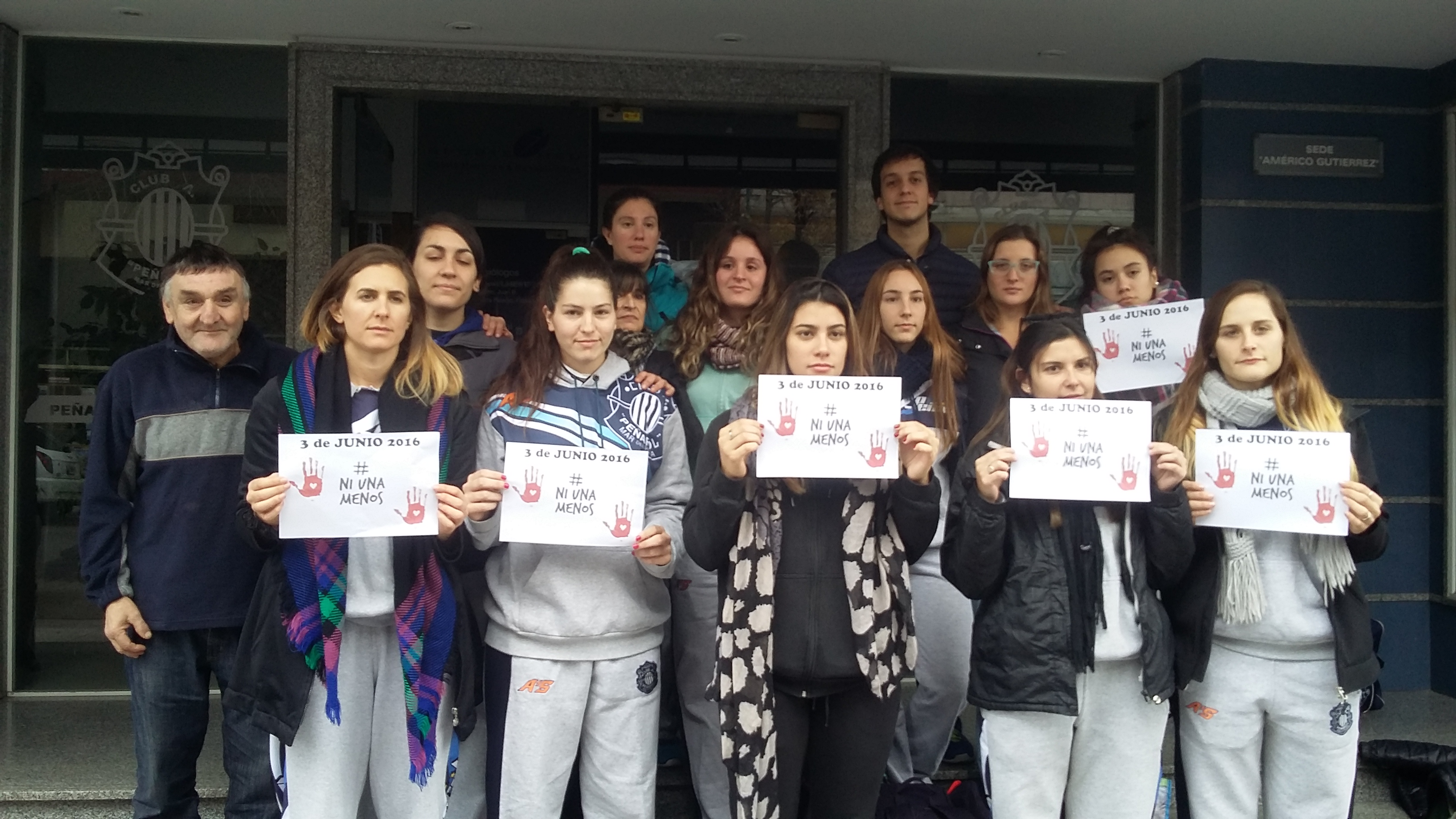 Antes de viajar, las chicas de Peñarol dieron su mensaje sobre la violencia de género.